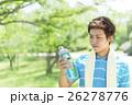 飲み物の入ったボトルを持つ日本人男性 26278776