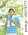 飲み物の入ったボトルを持つ日本人男性 26278777