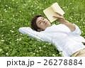 野原に寝転んで本を読む男性 26278884