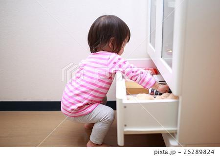 引き出し 赤ちゃん (ベビー 乳幼児 女の子 1才 1歳 いたずら イタズラ 悪戯 子供 こども) 26289824