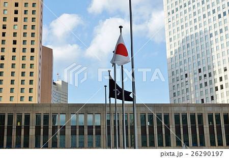 東京の名所案内・はためく日本国旗と東京都旗と都庁舎前方の高層ビル・横位置 26290197