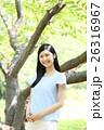 新緑 若い女性 ポートレート  26316967