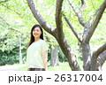 新緑 若い女性 ポートレート  26317004