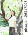 新緑 若い女性 ポートレート  26317008