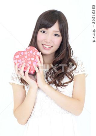 若い女性 バレンタイン 26323288