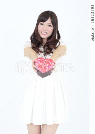 若い女性 バレンタイン 26323293