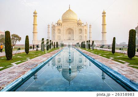 The Taj Mahal is an ivory-white marble mausoleum  26358983