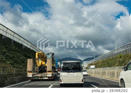 渋滞の高速道路を走るクレーン車を積んだトラック 26366202