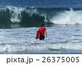 大波に向かうサーファーボーイ 26375005