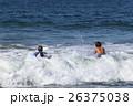 大波に向かうサーファーボーイ達 26375038