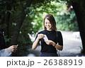 神社を散策する女性 おみくじ 26388919