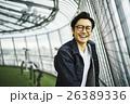 男性 笑顔 メガネの写真 26389336