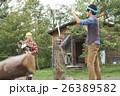 田舎暮らし 薪割をする男性 26389582