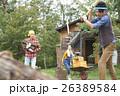 田舎暮らし 薪割をする男性 26389584