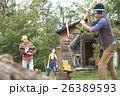田舎暮らし 薪割をする男性 26389593
