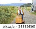 農業体験 一輪車を押す女性 26389595