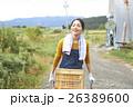 農業体験 一輪車を押す女性 ポートレート 26389600