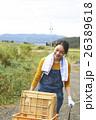 農業体験 一輪車を押す女性 ポートレート 26389618