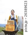 農業体験 一輪車を押す女性 ポートレート 26389623