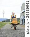 農業体験 一輪車を押す女性 ポートレート 26389641
