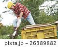 田舎暮らし のこぎりで作業する男性 26389882