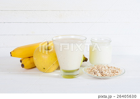 Smoothie with apple,banana, yogurt and oatmealonの写真素材 [26405630] - PIXTA