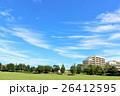 秋晴れのマンションと公園風景 26412595