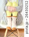 寒さ対策をする女性 26430252