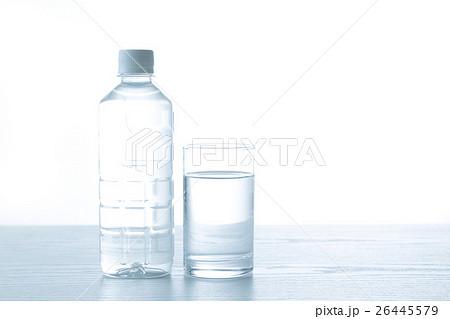 水 白バックの写真素材 [26445579] - PIXTA