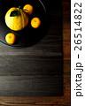 黒いおぼんにのせた柚子 26514822