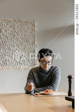 食事をする男性 26521802