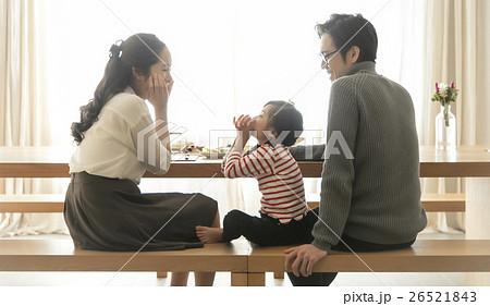 食事をする家族 26521843