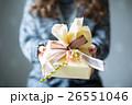 プレゼントを渡す若い女性 26551046