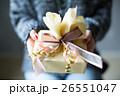 プレゼントを渡す若い女性 26551047