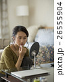 メイクをする若い女性 26555904