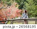 奈良県奈良市の奈良公園の橋にたたずむ若い女性 26568195