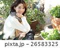 植物に囲まれた女性 26583325