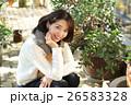 植物に囲まれた女性 26583328