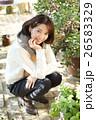 植物に囲まれた女性 26583329