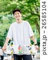 笑顔でスケートボードを手に持つ男性 26585104