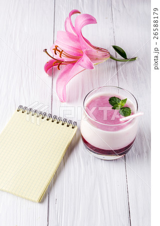 Berry smoothie with yogurt and notepadの写真素材 [26588179] - PIXTA