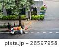 タイの首都バンコク フルーツの屋台とタイ国旗を掲げている建物     26597958