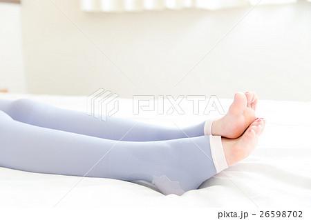 着圧ソックスを履く女性 26598702