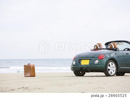 砂浜のオープンカー 26603525