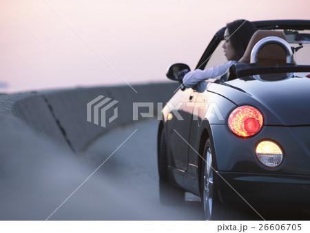 オープンカーに乗る女性 26606705