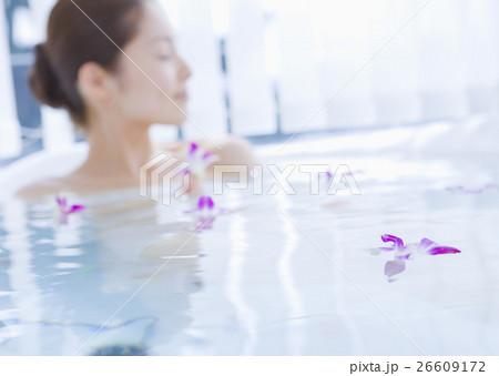 入浴する女性 26609172