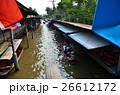 タイのバンコク ダムヌンサドゥアク水上マーケット タイの国旗と運河を巡るボート  26612172