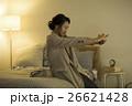 ベッドに座る若い女性 26621428
