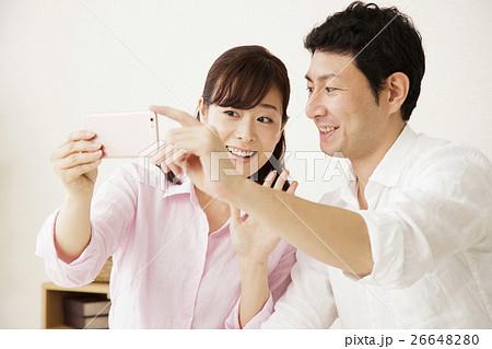 夫婦 スマートフォン テレビ電話 スマホ 自撮り 撮影 カップル 女性 家族 男性 主婦 26648280