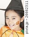 ハロウィンの仮装をする女の子 26662311